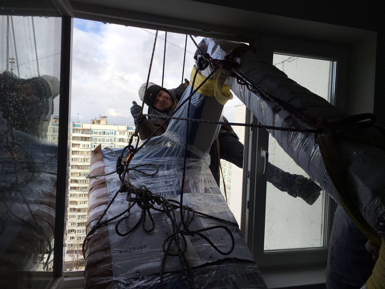 Работа по заносу дивана в окно завершена