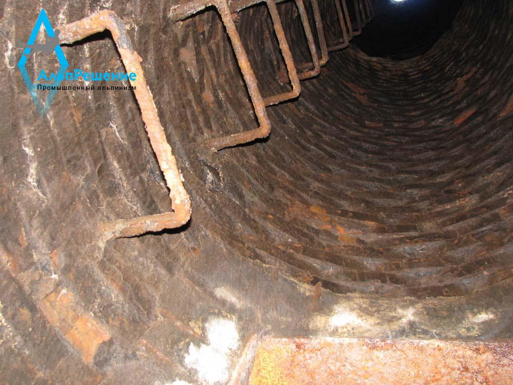 Ствол кирпичной дымовой трубы перед ремонтом