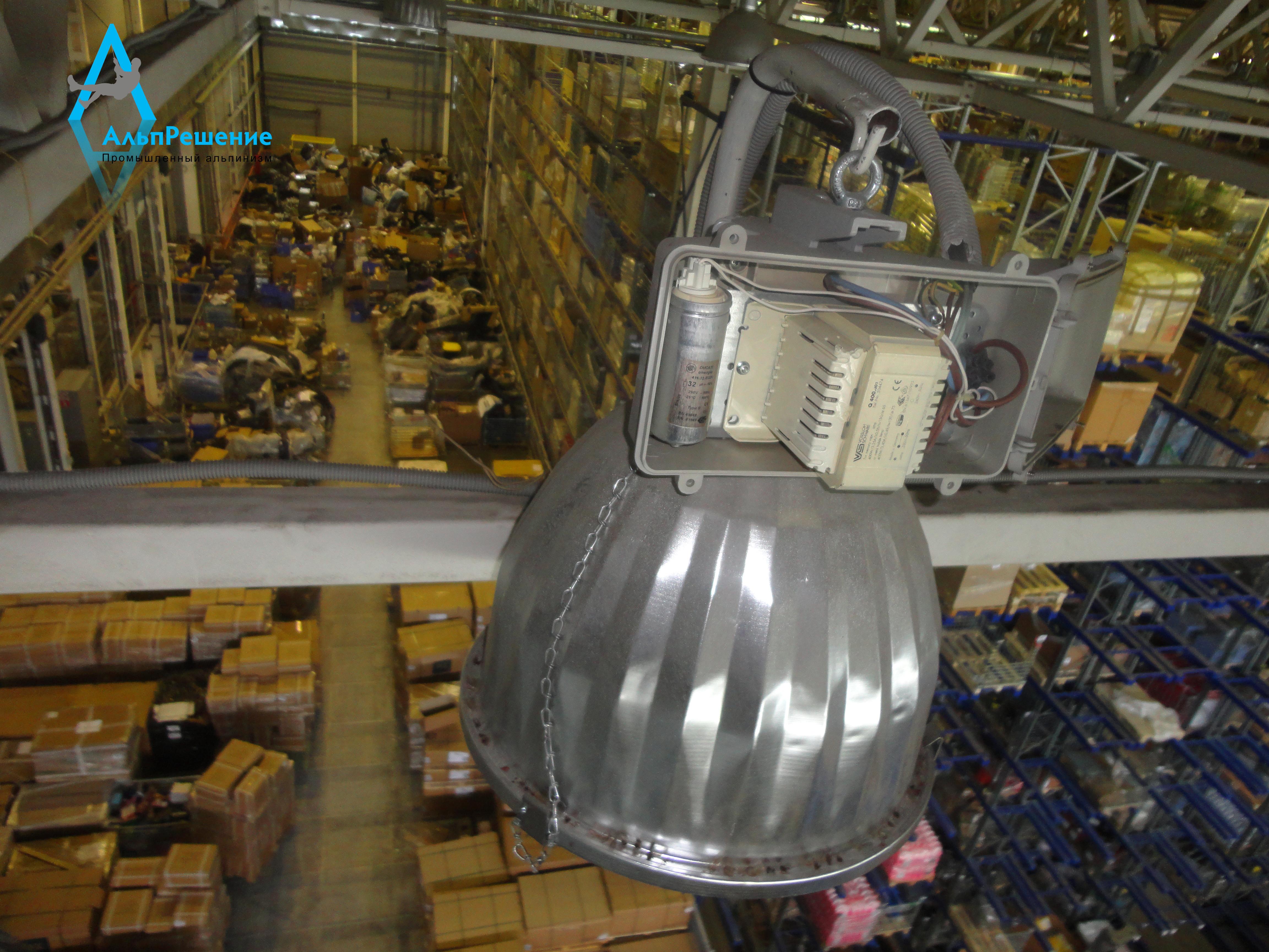 Осмотр светильника в цеху