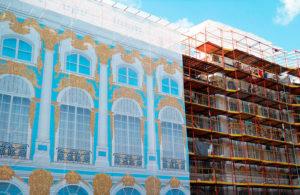 Защита от падения на прохожих строительного инструмента и материалов