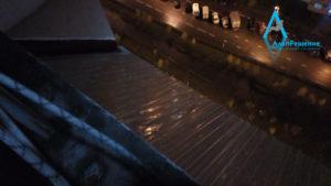 Смонтированный козырек балкона