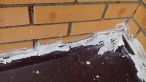 Отошел герметик от стены