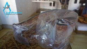 Укрытие дивана пленкой перед спуском